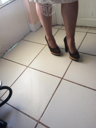 Impecable vestido y zapatillas económicas