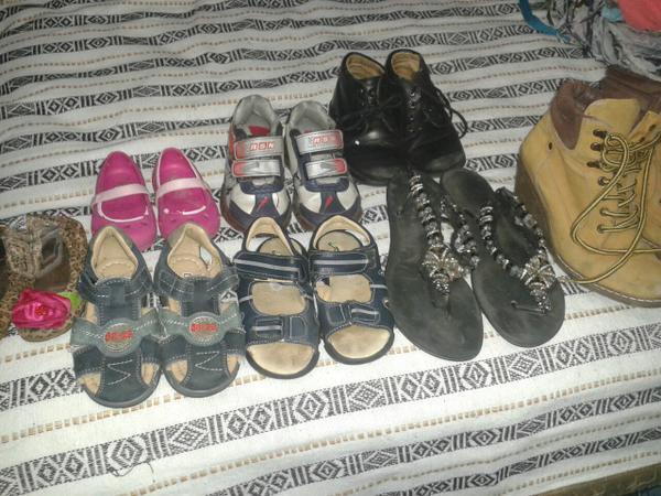 Paca de ropa con Juguetes y zapatos