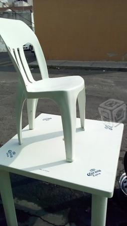 Sillas y mesas de plástico